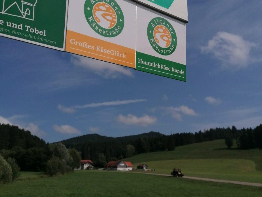 Beschilderung Allgaeuer Kaesestrasse Grosses Kaeseglueck und Heumilchkaese Runde mit Traktor